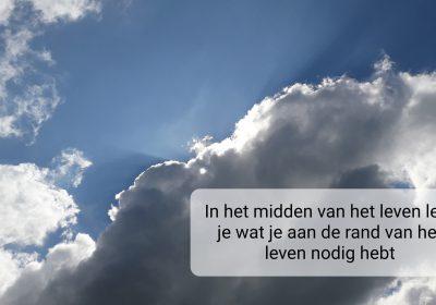 """Lees meer over """"In het midden van het leven leer je wat je aan de rand van het leven nodig hebt"""". van Anja de Jong"""